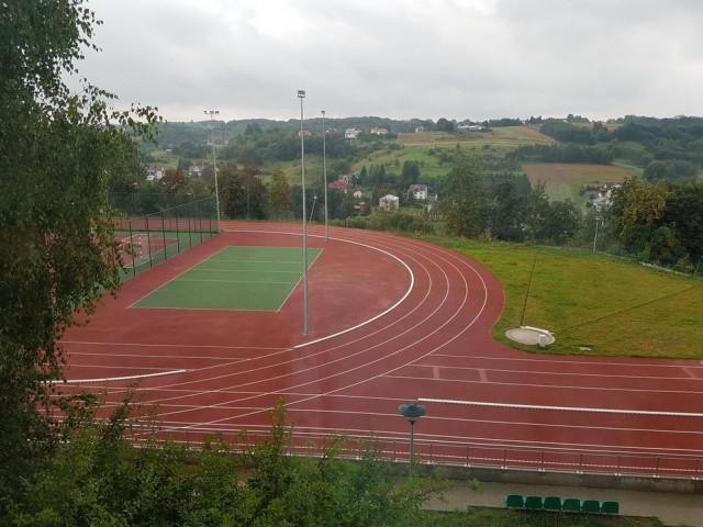 15_Frysztak_iskola_sportpálya